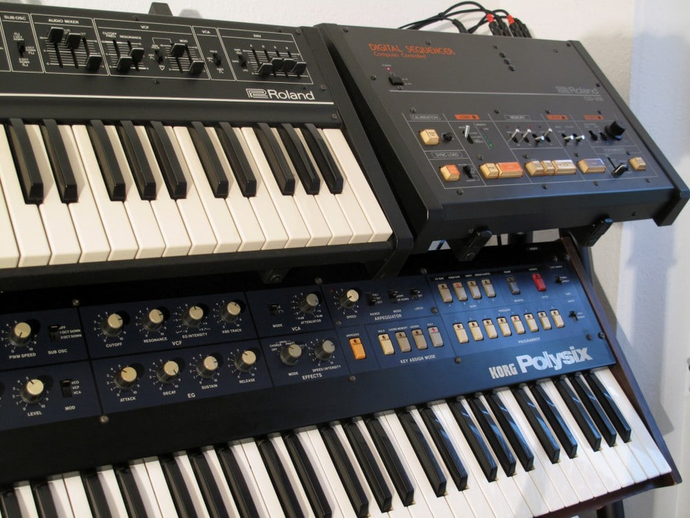Hyboids Dreamteam für tighte Sequenzen: Roland SH-09 mit CSQ-600 Step-Sequencer. Der Korg Polysix ist mit der interessanten Tubbutec-Polysex Modifikation aufgepeppt (https://tubbutec.de).